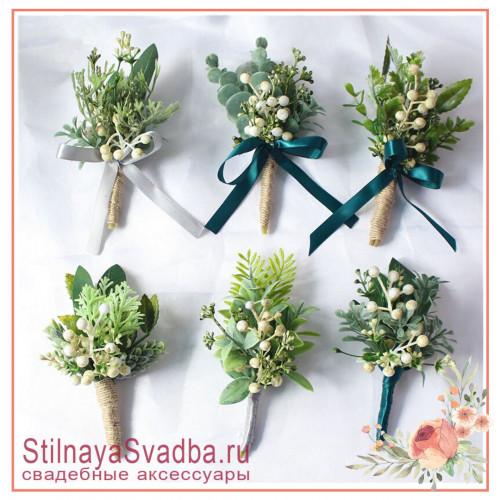 Бутоньерки с зеленью и ягодками в бело-зелёных тонах фото
