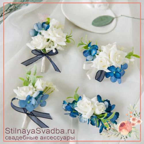 Бутоньерки в бело-голубом цвете с розами и гортензией фото