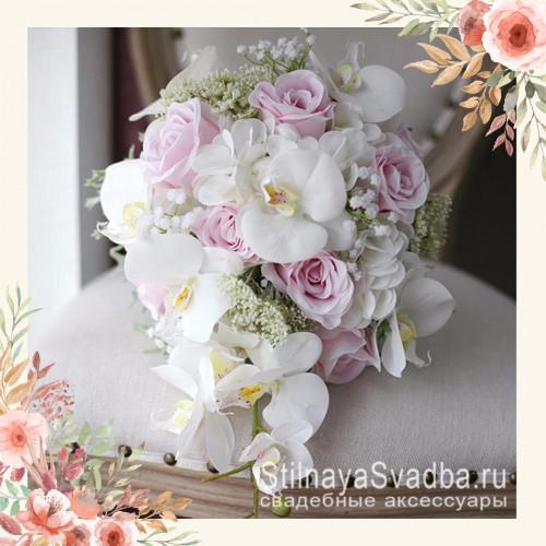 Каплевидный букет с розами, орхидеями, гортензией фото