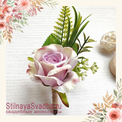Бутоньерка с крупной розой  для друзей жениха  лиловый фото