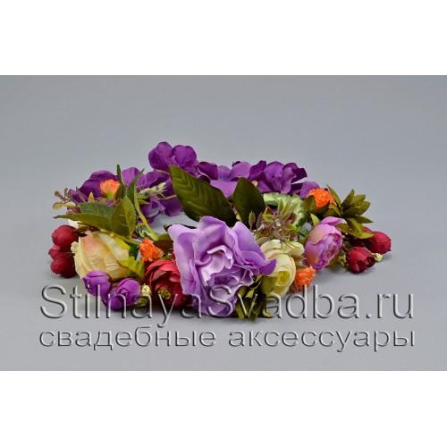 Фиолетово-лиловый венок из искусственных цветов фото