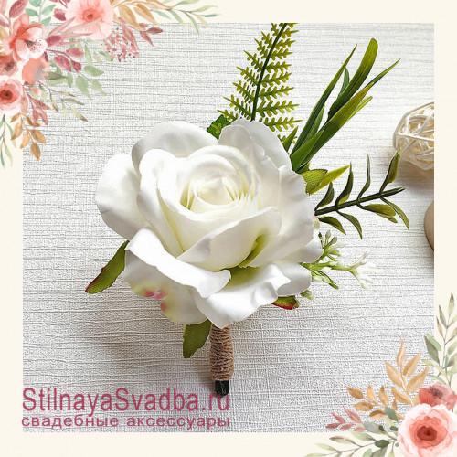 Бутоньерка с крупной розой  для друзей жениха  белый фото