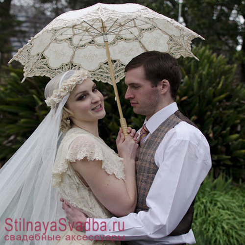Кружевной бежевый зонтик для свадебной фотосессии фото