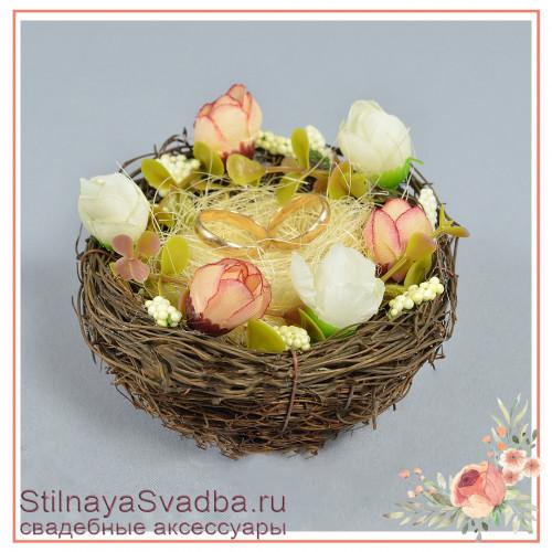 Гнёздышко с кремовыми  цветочками фото