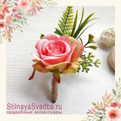 Бутоньерка с крупной розой  для друзей жениха  розовый фото