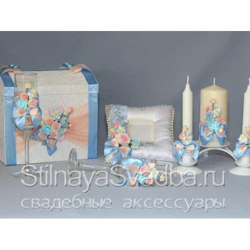 Фото. Коллекция аксессуаров в персиково-голубых тонах