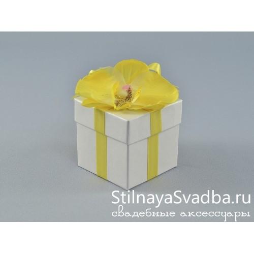 Бонбоньерка с жёлтой орхидеей фото