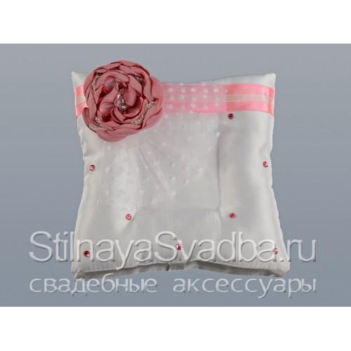 Подушечка для колец с розовым цветком. Фото 000.