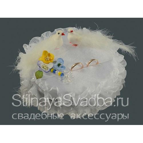 Круглая жёлто-голубая подушечка с голубками фото