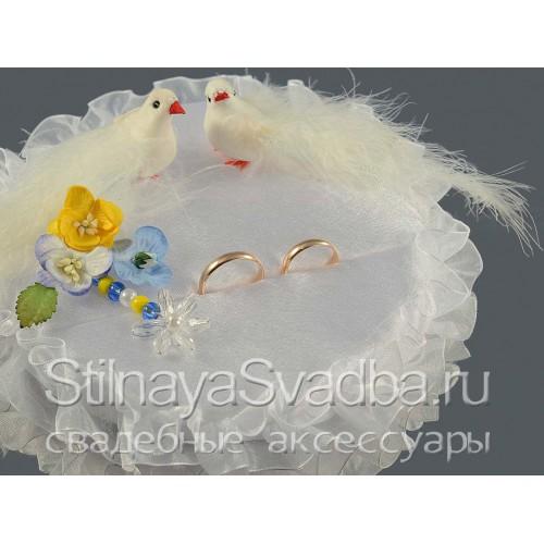Круглая жёлто-голубая подушечка с голубками. Фото 000.
