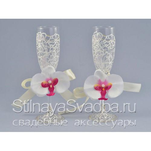 Украшения для бокалов с белой орхидеей. Фото 000.