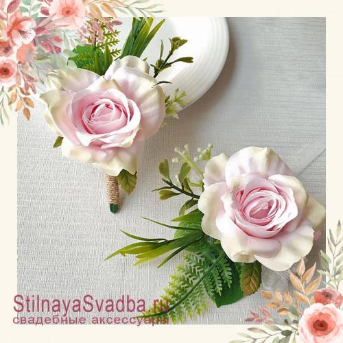 Бутоньерка с крупной розой  для друзей жениха  пудровый фото