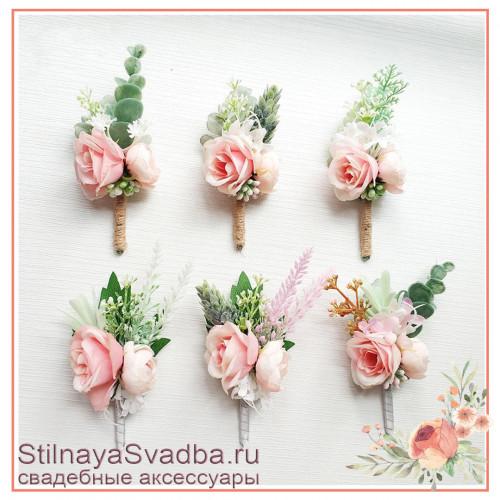 Бутоньерки розовые  с розочками и зеленью фото