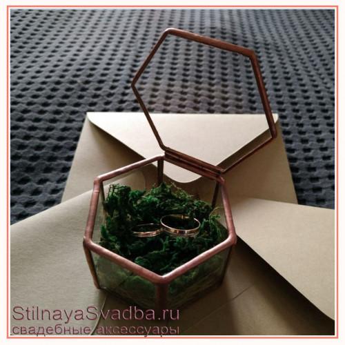 Шестигранник  с зелёным мхом фото