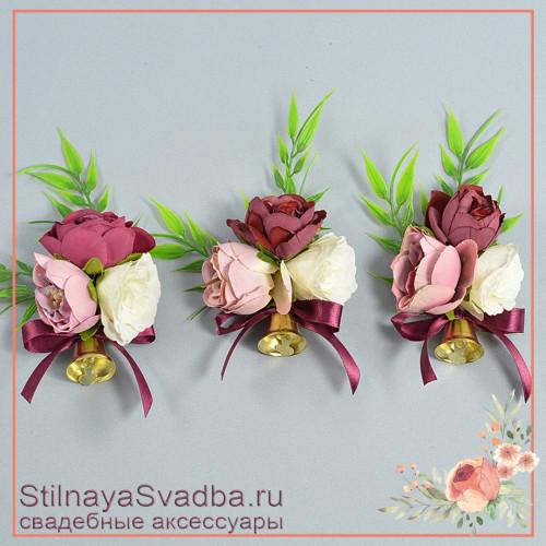 Бутоньерки из цветов с колокольчиками на школьный последний звонок или выпускной в розовых тонах фото