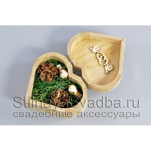 Деревянная шкатулка со мхом и шишками фото