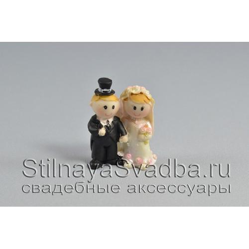 Жених и невеста держаться за ручку фото