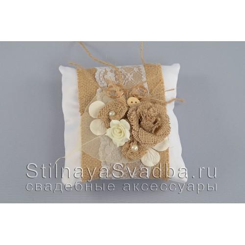 Рустикальная подушечка для колец с розой из мешковины . Фото 000.