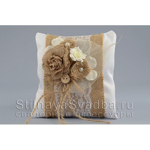 Рустикальная подушечка для колец с розой из мешковины  фото