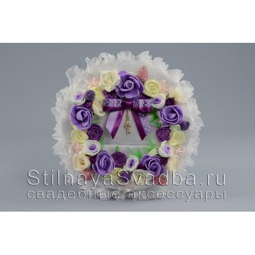 Подушечка для  колец  с венком из цветов и ягод. Фото 000.