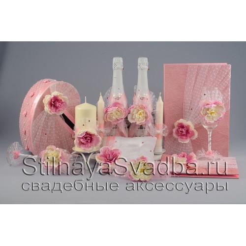 Фото. Коллекция свадебных аксессуаров  с розовыми пионами