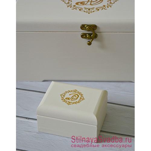 Белая свадебная шкатулочка с золотым вензелем фото