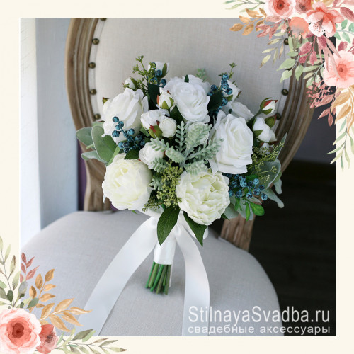 Белоснежный букет невесты с пионами, розами и ягодками фото