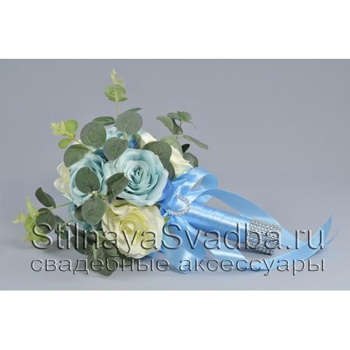 Букет из  голубых и белых роз и гортензии с эвкалиптом фото