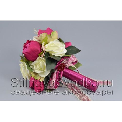 Букет невесты в бело-малиновых тонах из роз и закрытых бутонов пионов фото