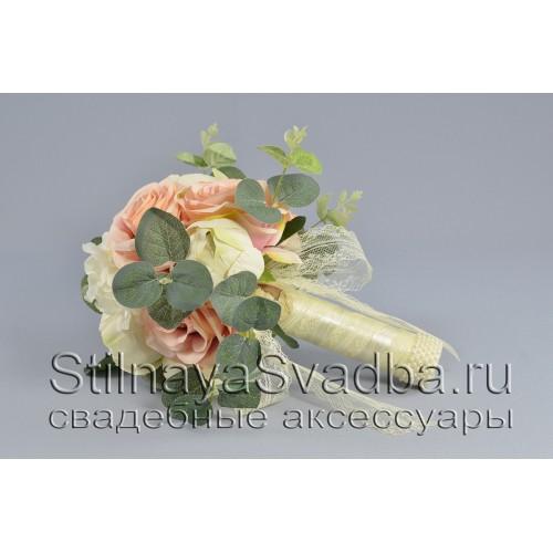 Букет из бутонов пионов, роз, гортензии и веточек эвкалипта фото