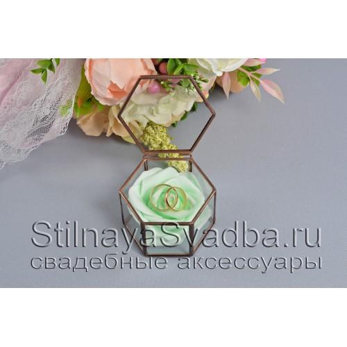 Флорариум в форме миниатюрной шестигранной призмы с нежно-зелёной розой фото