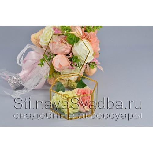 Геометрический флорариум в форме шестигранной призмы с розами фото