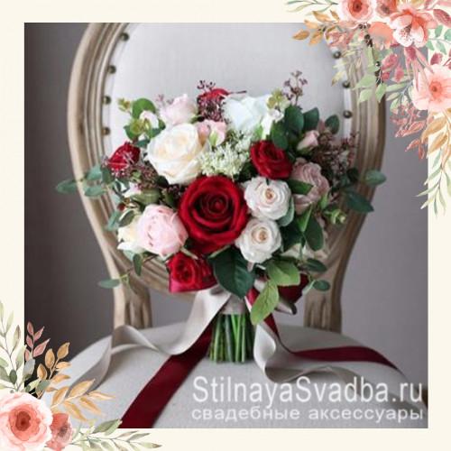 Красно-розовый букет с пионами и розами для невесты фото