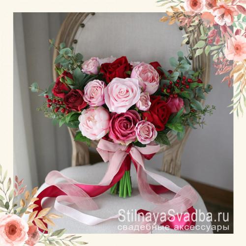 Красно-розовый букет с розами ягодками и эвкалиптом   фото