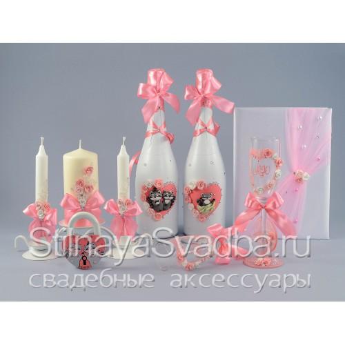 Свадебные аксессуары в розовом цвете с енотами.  фото