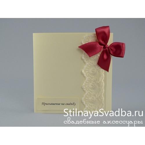 Свадебное приглашение с малиновым бантом  фото