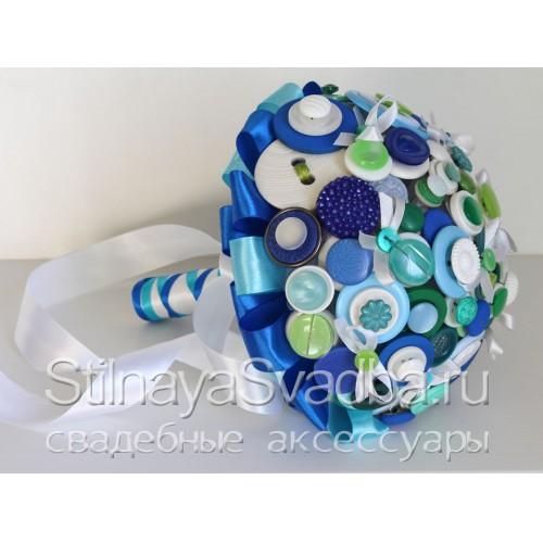 Букет из белых, синих и зеленых пуговиц  фото