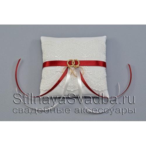 Подушечка для колец в белоснежном цвете с ноткой марсала фото