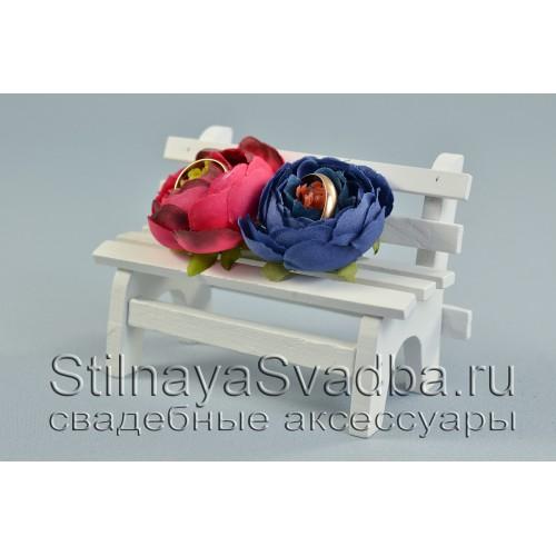 Скамейка для колец  с ранункулюсами синего и красного цвета фото