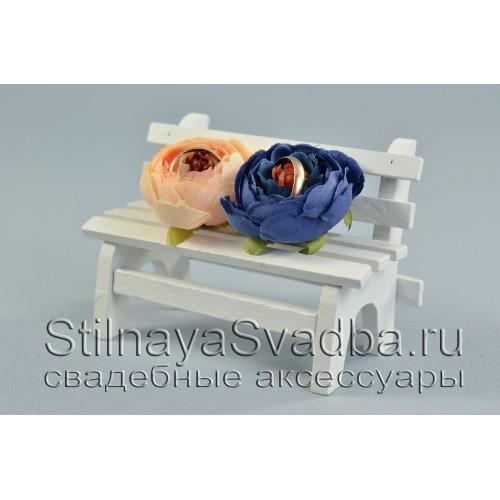 Скамейка  на свадьбу  с бутонами  синего и персикового цвета фото