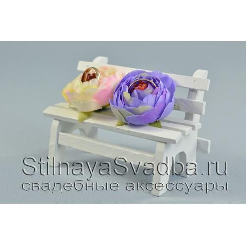 Свадебная скамеечка для колец  с цветами сиреневого и айвори цвета фото